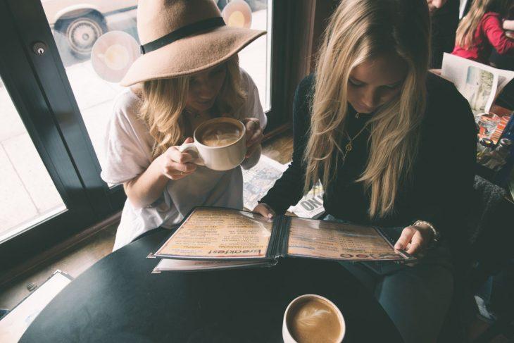 Amigas tomando un café