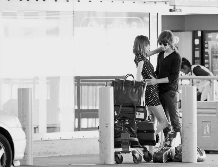 pareja de novios en un aeropuerto despidiéndose
