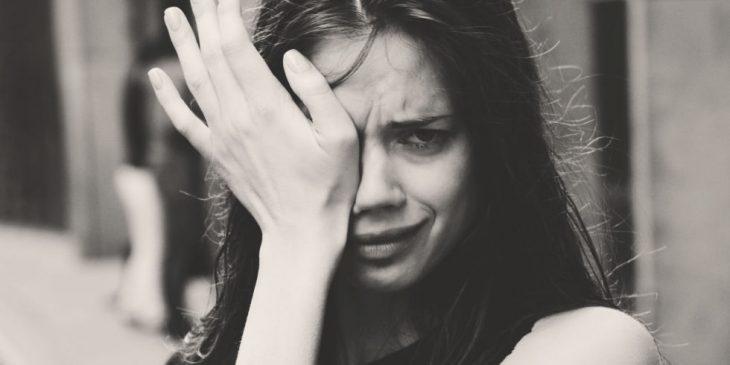 Foto en blanco y negro de mujer llorando