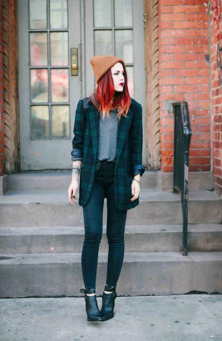chica de cabello rojo perdida en la ciudad