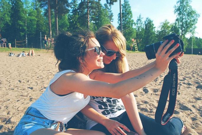 Amigas en la playa tomándose una foto