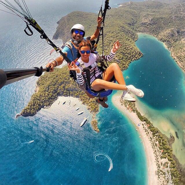 Enamorados lanzándose en paracaídas