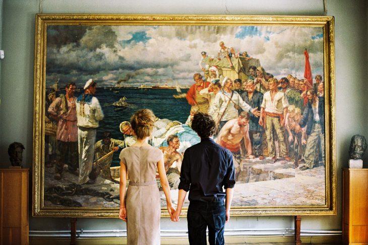 Pareja de enamorados en un museo