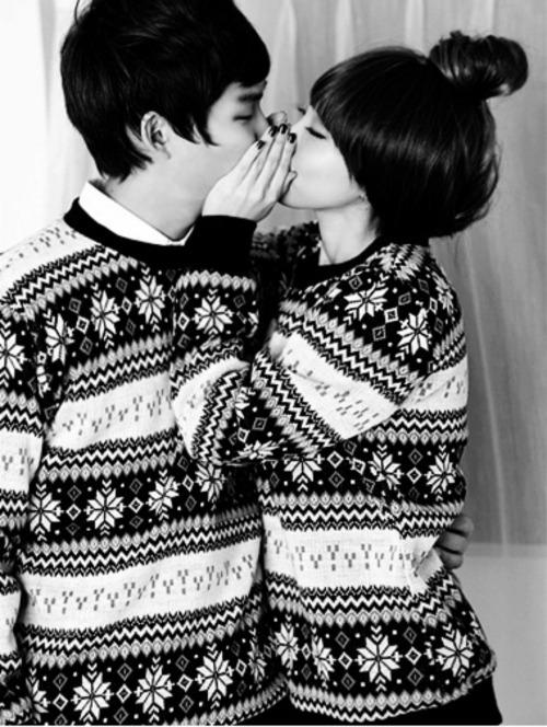 novios vestidos con el mismo sweaters