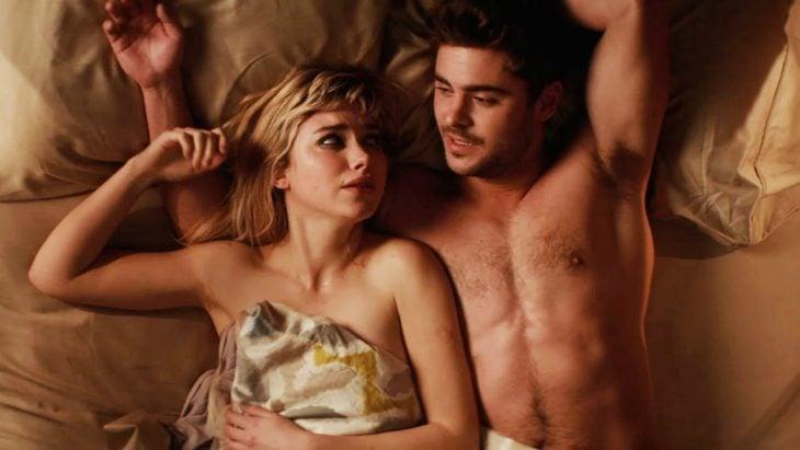pareja acostada en la cama