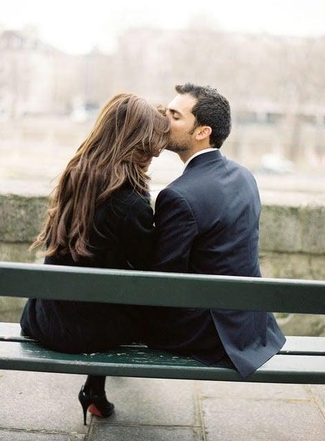 hombre besando en la frente a una mujer