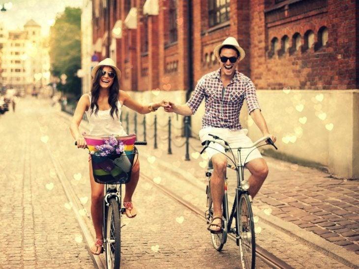 Chicos enamorados en bicicleta por una calle