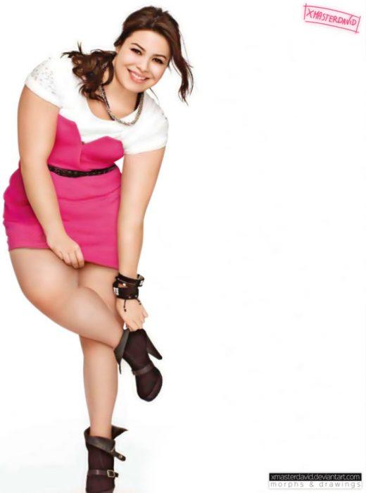 Miranda Cosgrove con kilos de más, agachada agarrando su zapato