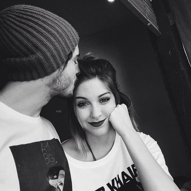 Fotografía en blanco y negro de un chico besando la frente de una chica