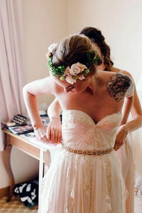 Chica con vestido de novia y tatuaje en el hombro