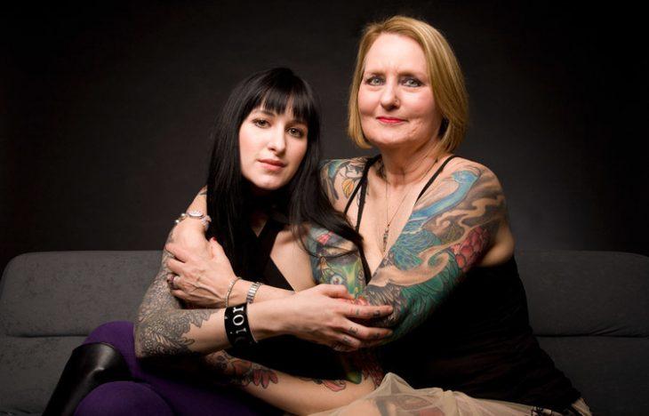 madre e hija con tatuajes