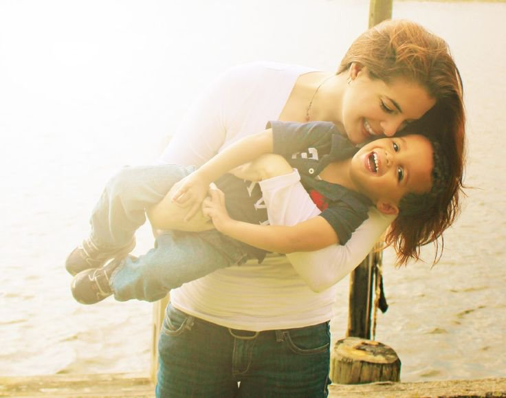 mamá sonriendo con su hijo