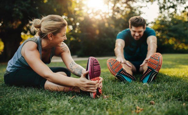 Pareja haciendo ejercicio en el parque