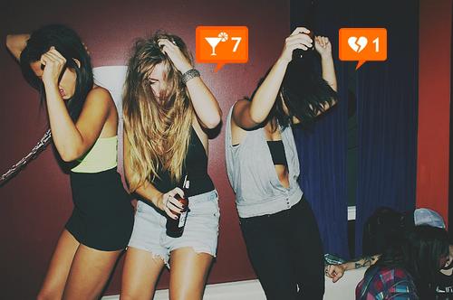 Mujeres ebrias bailando