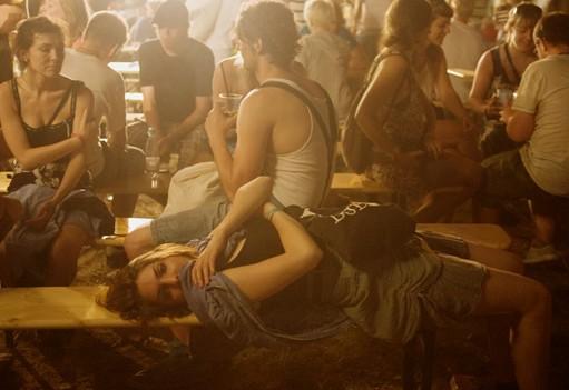 Chica acostada en una fiesta