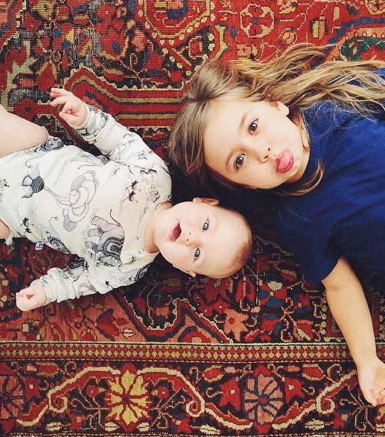Hermanos acostados en una alfombra