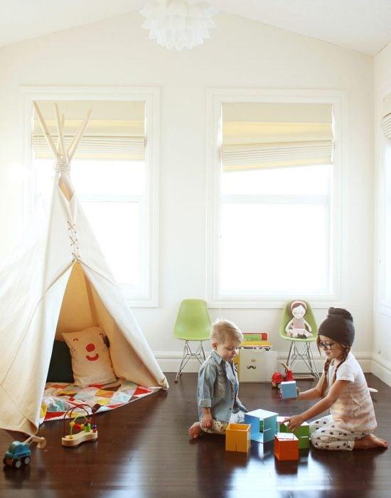 Hermanos pequeños jugando en una habitación
