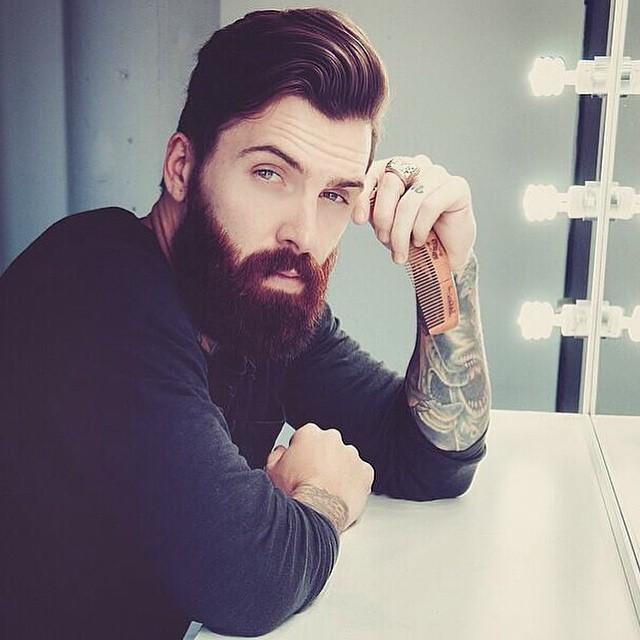 Hombre con mirada seductora y brazo tatuado
