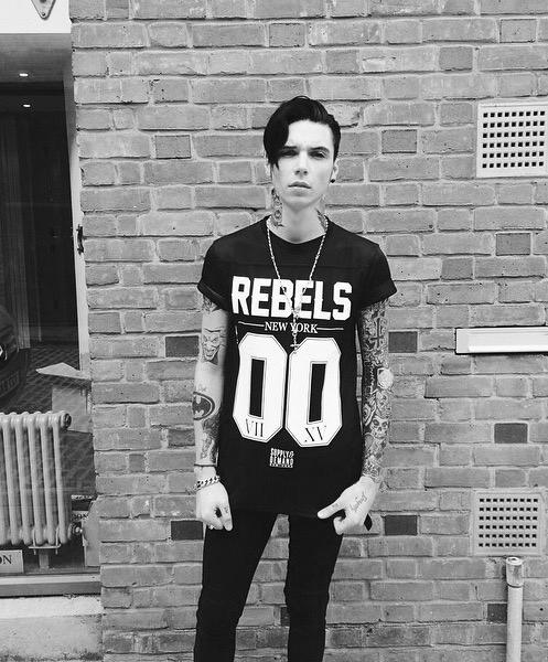 Foto en blanco y negro de chico rudo con tatuajes