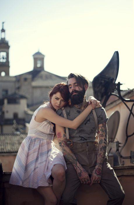 Hombre con tatuajes y su novia
