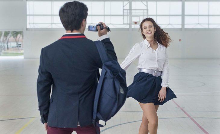 Chico viendo a su novia durante la escuela