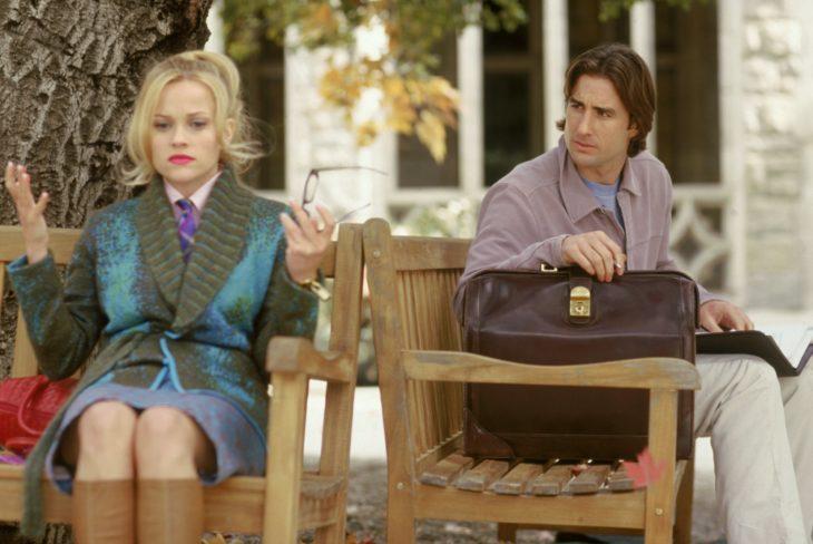 Escena de la película Legalmente rubia. Emmett y la chica conversando en una banca