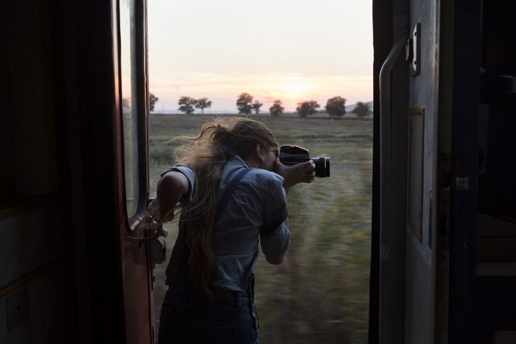 Mujer fotografiando un paisaje