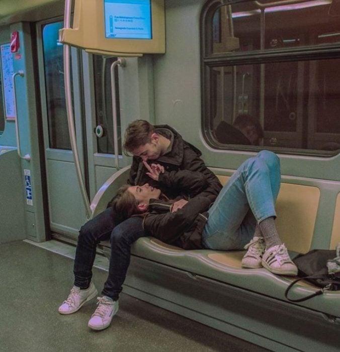 pareja de jóvenes en el metro