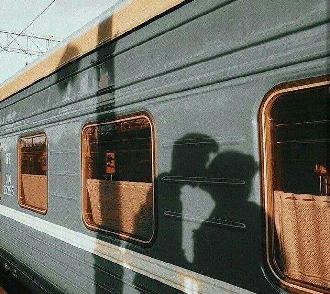 Sombras de pareja besándose en el tren