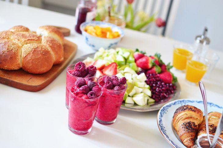 Desayuno con variedad de platillos en la mesa