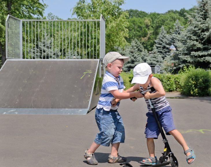 Niños peleando un scooter