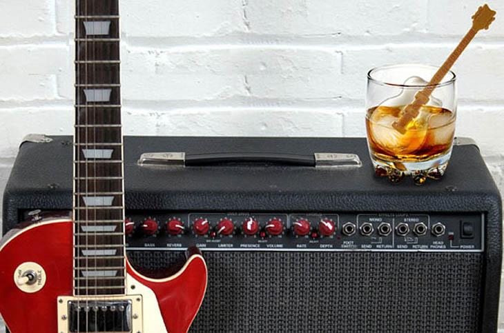 Cubo de hielo en forma de guitarra eléctrica