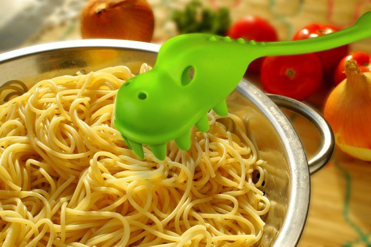 Tenedor para pastas en forma de dinosaurio verde