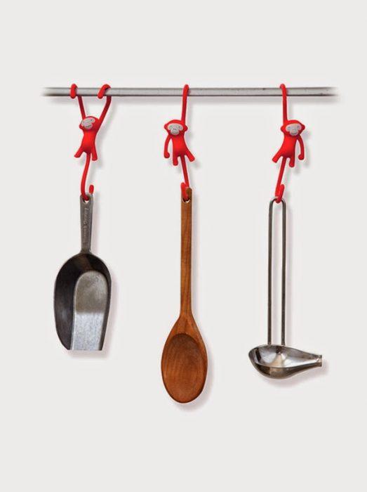 Monos que sostienen las cucharas