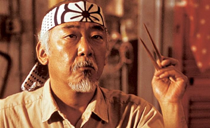 ho,bre con una banda en la cabeza y unos palillos chinos en la mano