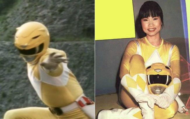 mujer usando un traje de color amarillo sosteniendo un casco en sus manos