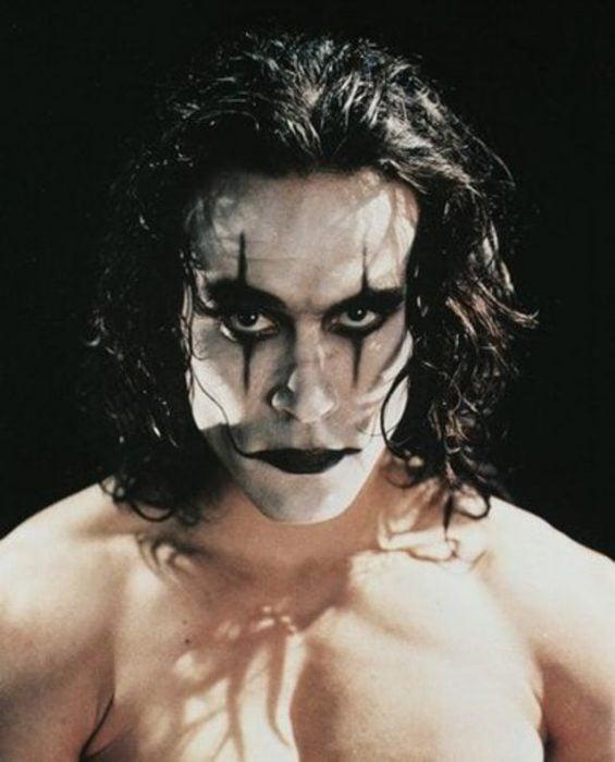 persona con la cara pintada de blanco y los ojos y los labios de color negro que no trae camisa