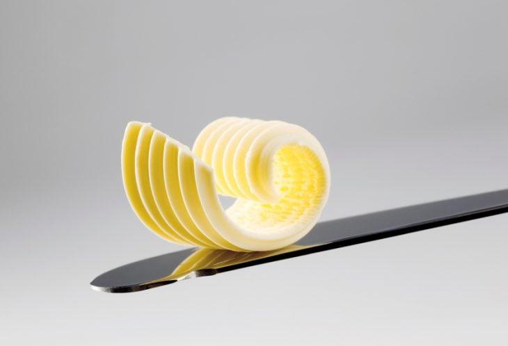 cuchillo con un poco de margarina en la punta