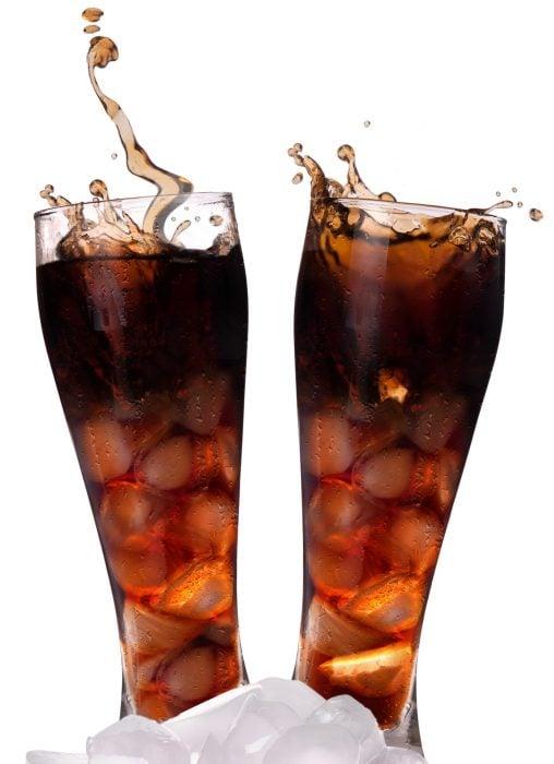 vasos de refresco con hielo