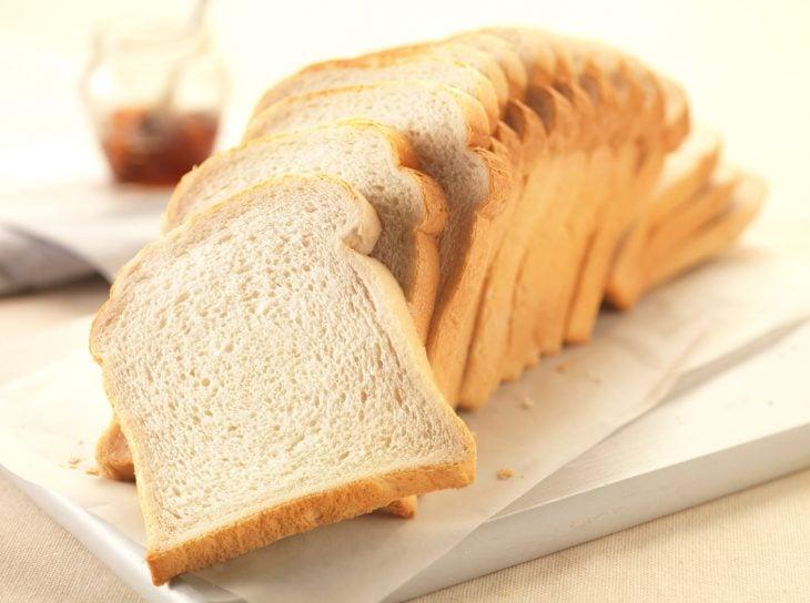 barra de pan cortada en rebanadas y colocadas sobre un plato