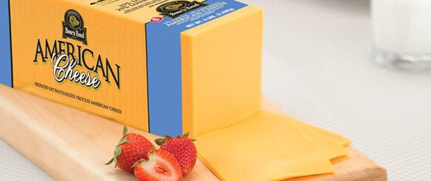 barra de queso americano con fresas en un lado