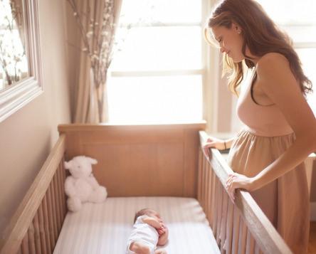 mamá viendo dormir a su hijo