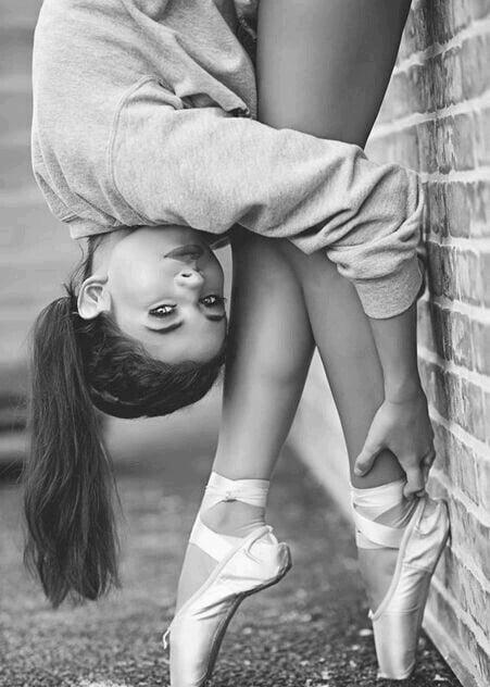 bailarina de ballet recargada en la pared