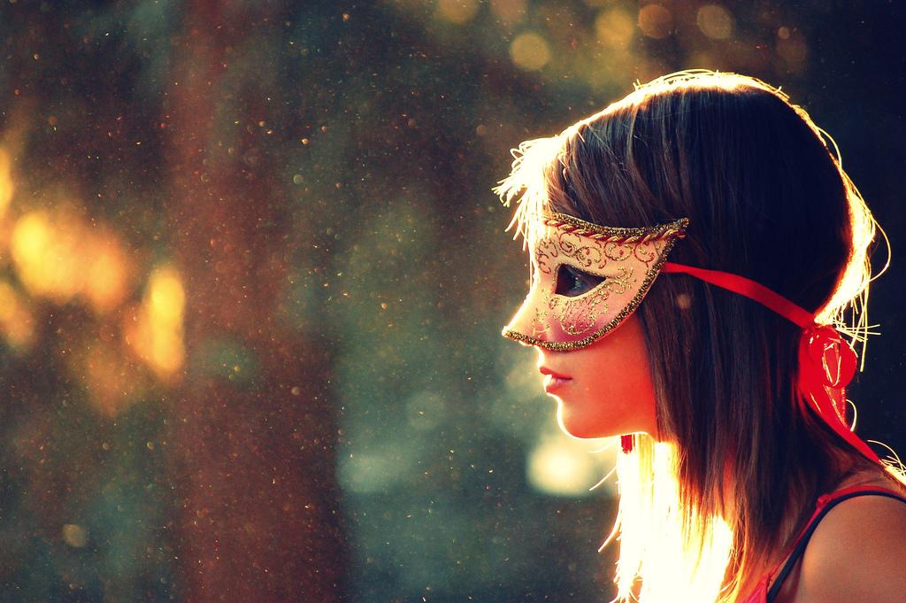 chica con antifaz en el bosque
