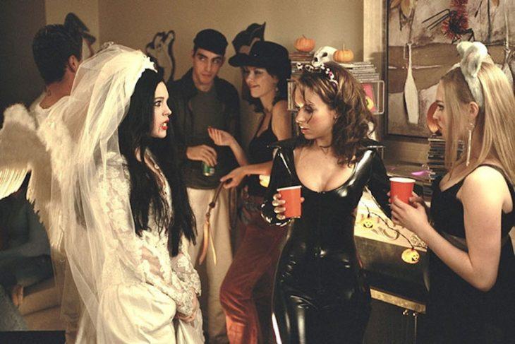 escena de la película chicas pesadas, actrices disfrazadas para una fiesta de halloween