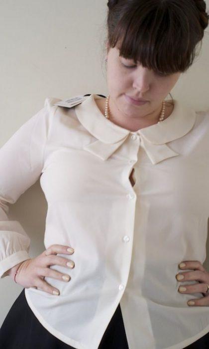 chica con el botón de la blusa abierto