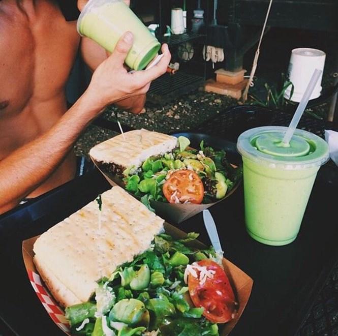 desayuno saludable con sandwich y licuado