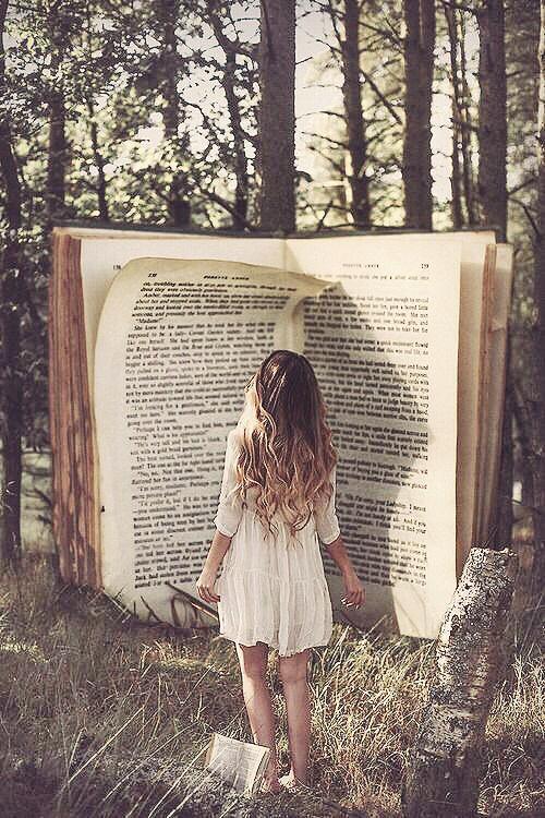 mujer frente a un libro gigante