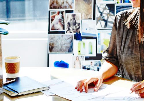 mujer frente a un escritorio trabajando