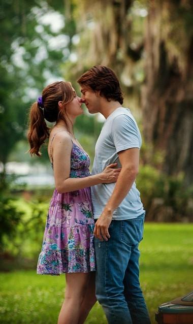 pareja de novios besandose en el jardín de una casa